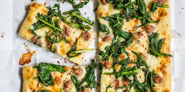 Pizza blanche aux pissenlits et à la saucisse