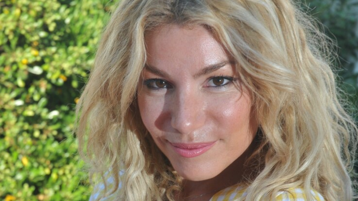 Lola Marois, épouse de Jean-Marie Bigard, tombe le haut à la plage pour le plus grand plaisir des internautes