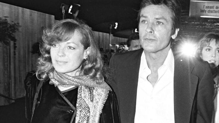 Alain Delon partage les mots écrits alors qu'il veillait le corps de Romy Schneider