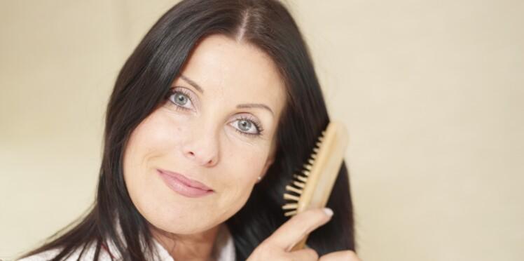 Camoufler ses cheveux blancs entre deux rendez-vous chez le coiffeur