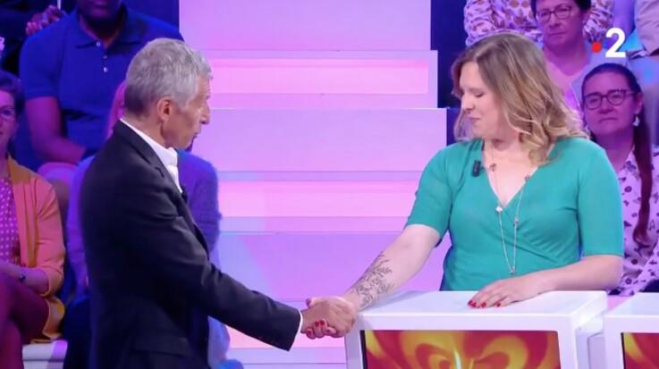 VIDÉO - Nagui (Tout le monde veut prendre sa place) gêné par une candidate qui ne veut pas lui lâcher la main