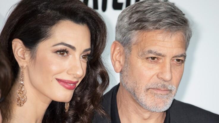Photos - Amal Clooney, divine en robe blanche et maxi capeline au bras de George