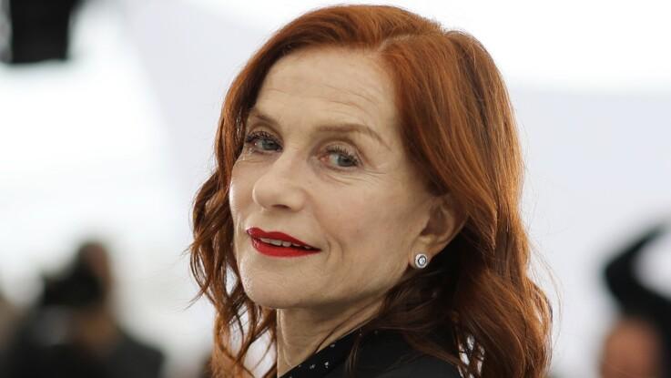 Photos - Isabelle Huppert ose à 66 ans la jupe tout en transparence !