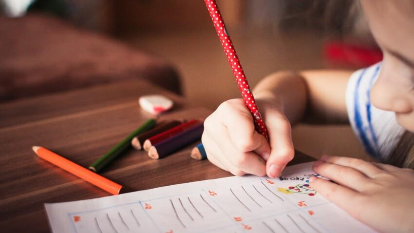 Doit-on continuer à donner des devoirs de vacances à nos enfants l'été ?