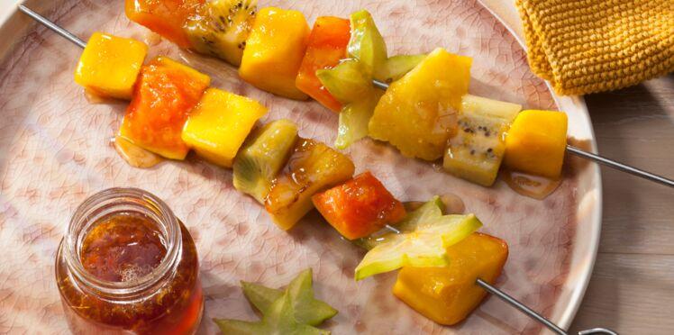 Brochettes de fruits exotiques rôtis et caramel au gingembre