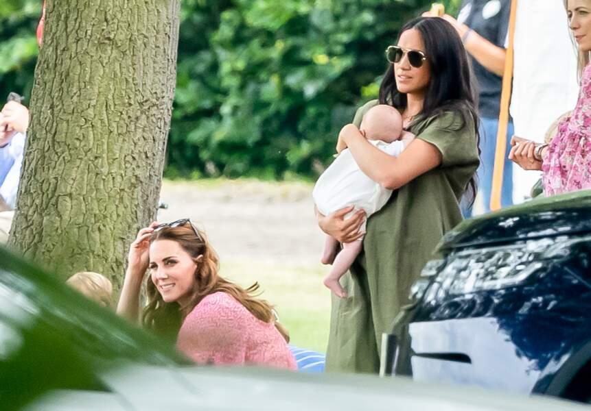 ... en arrière-plan, on peut apercevoir Kate Middleton accroupie.