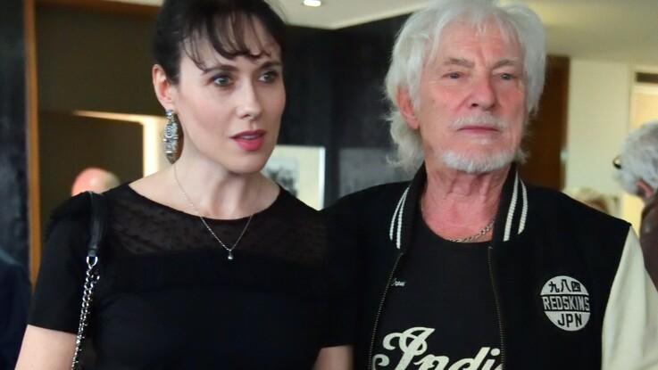 Hugues Aufray fait une rare apparition avec sa jeune maîtresse : il assume sa double vie