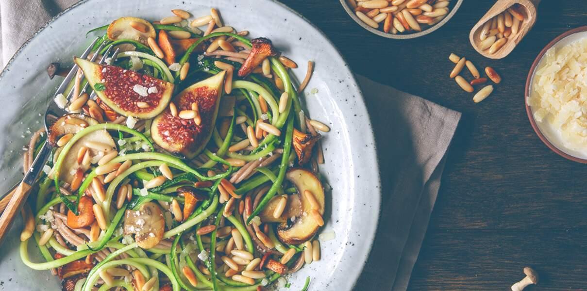 Spaghettis aux courgettes, champignons et pignons