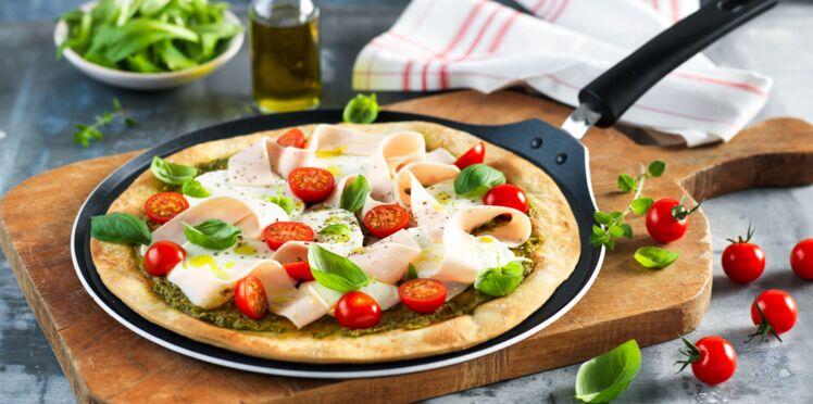 Pizza à la poêle, pesto, poulet et mozzarella