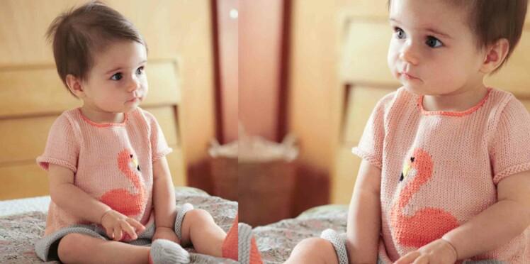 Tricot gratuit : la robe layette flamant rose