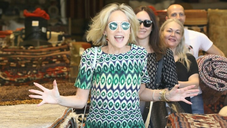 Photos – Sharon Stone, 61 ans : elle s'éclate en mini robe et frôle l'accident de culotte !