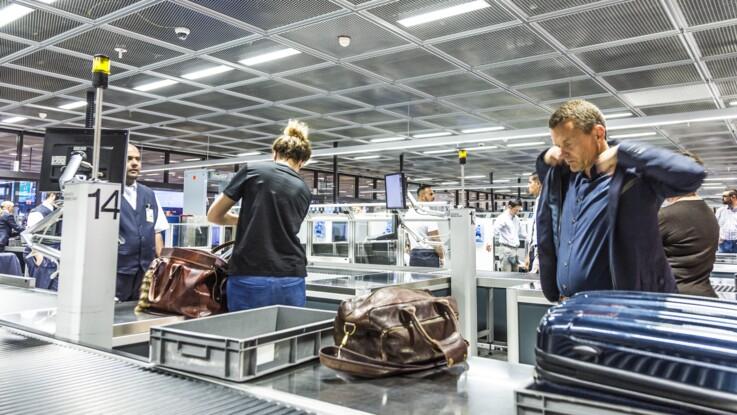 Un enfant de deux ans emporté par un tapis à bagages dans un aéroport