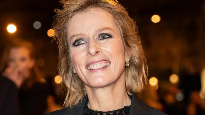 Photos – Karin Viard, 53 ans : elle ose le look color block en rose et violet (vous aimez ?)