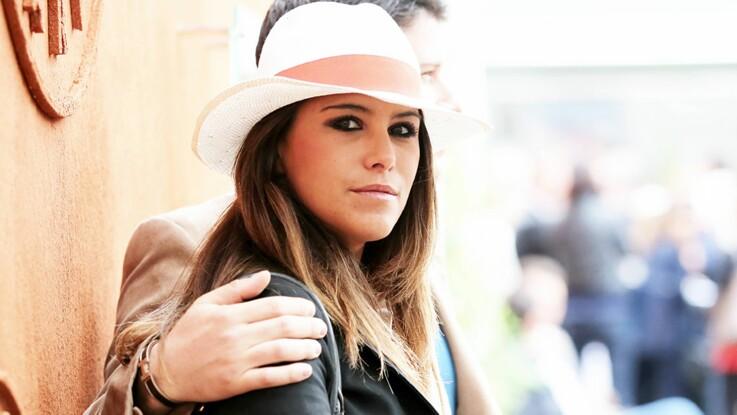 Karine Ferri : craquante et ultra bronzée dans une petite robe blanche ajourée