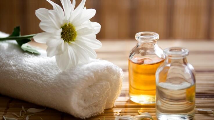 Beauté : 5 huiles essentielles indispensables à toujours avoir chez soi