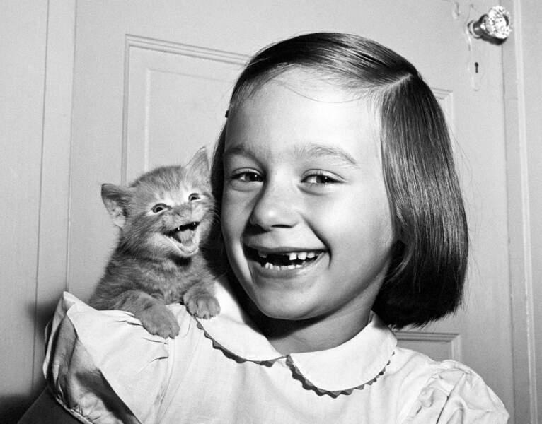 Paula, la fille du photographe, et un chat