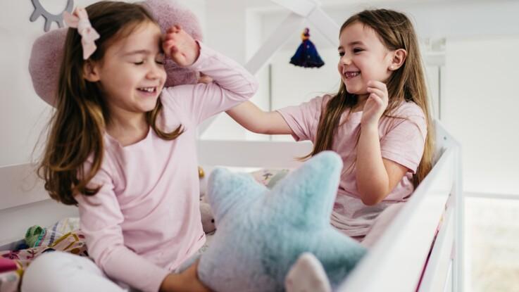 Faut-il éviter d'habiller ses jumeaux de la même manière ?