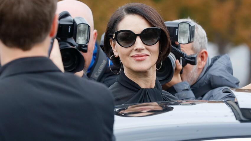 Photos – Monica Bellucci joue à la mamma italienne sexy dans un total look noir