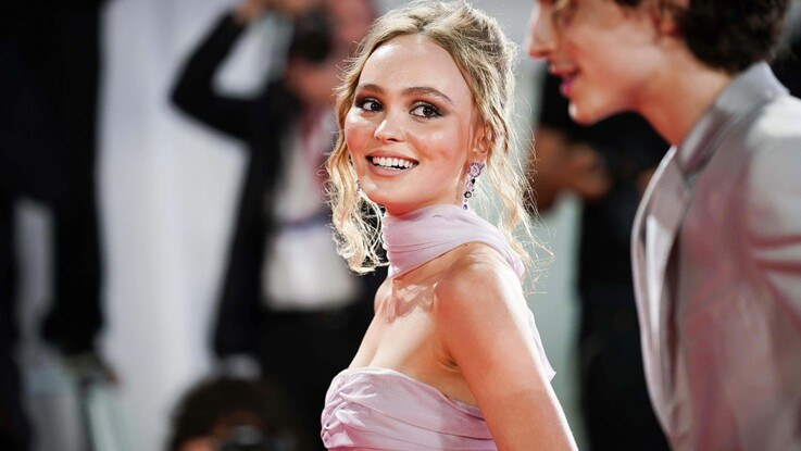Photos – Lily-Rose Depp : ultra-sexy en robe fendue et terriblement décolletée