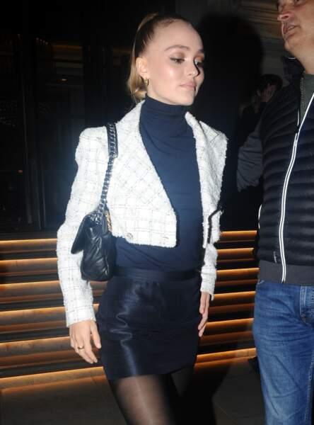 Lily-Rose Depp en minijupe et veste croppée dans les rues de Londres
