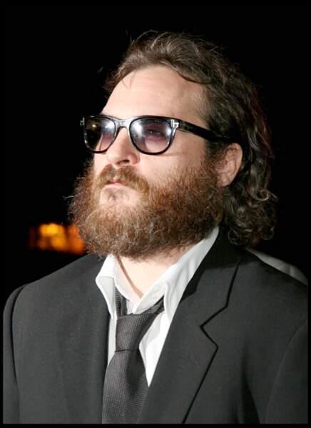 Barbe, cheveux longs et lunettes de soleil : Joaquin est méconnaissable