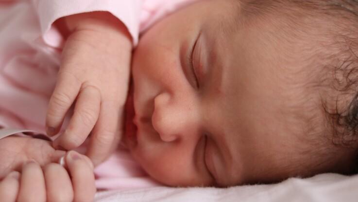 Accouchement naturel : elle donne naissance à son bébé dans la mer des Caraïbes