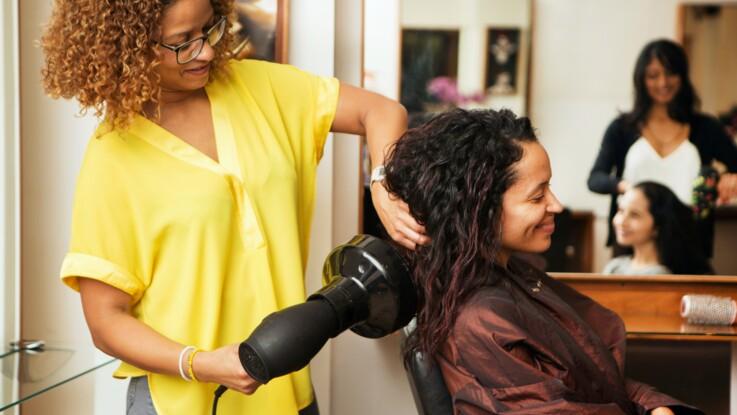 Cheveux bouclés : comment bien utiliser un diffuseur