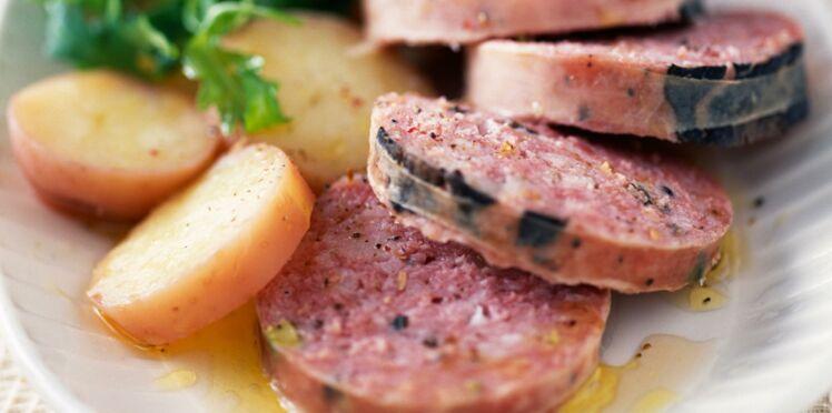 Saucisson truffé en salade tiède