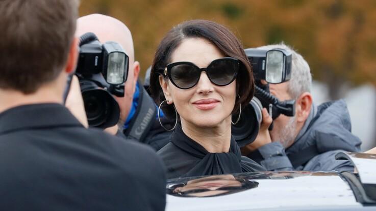 Photos - Monica Bellucci au top du glamour en smoking et chemise en voile transparent (Mama mia !)