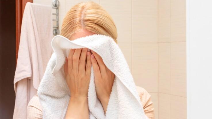 En s'essuyant le visage avec une serviette, une femme perd un oeil