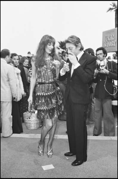 Jane Birkin tombe ensuite amoureuse du chanteur Serge Gainsbourg