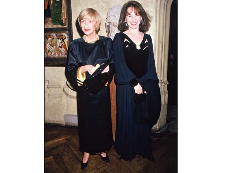 1992 : elle a les cheveux bruns et apparait au côté de Françoise Sagan