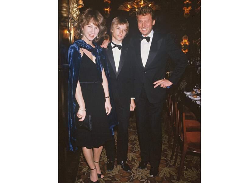 Un an plus tard, elle pose aux côtés du chanteur et de son fils David