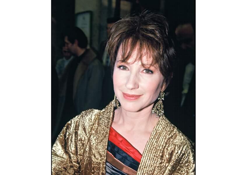 1994 : ses cheveux sont plus courts et foncés, elle a 46 ans