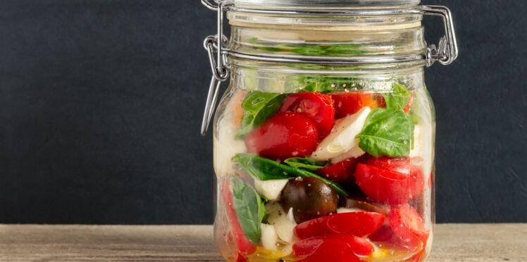 Poires, pommes et tomates vertes en bocaux