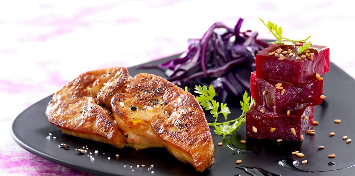 Escalope de foie gras, betterave, sésame grille et vinaigrette de réglisse
