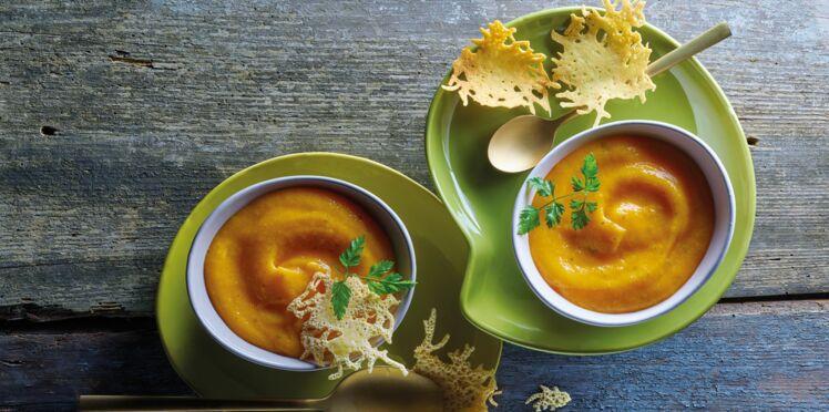 Velouté de patates douces et carottes à la pointe de muscade, tuiles de beaufort