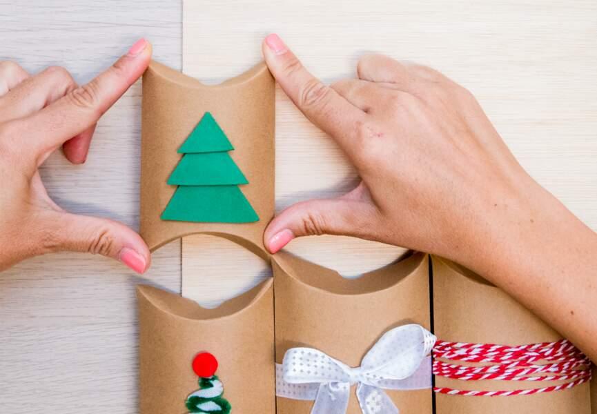 Collez les pochettes cartonnées décorées les unes à côté des autres.