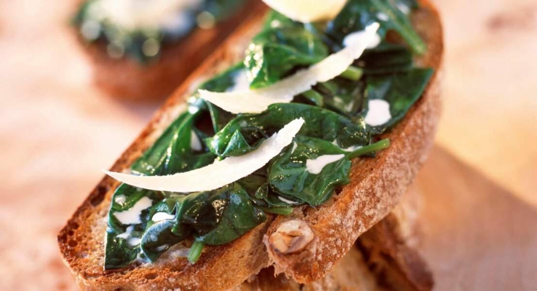 Toasts aux pousses d'épinards et parmesan