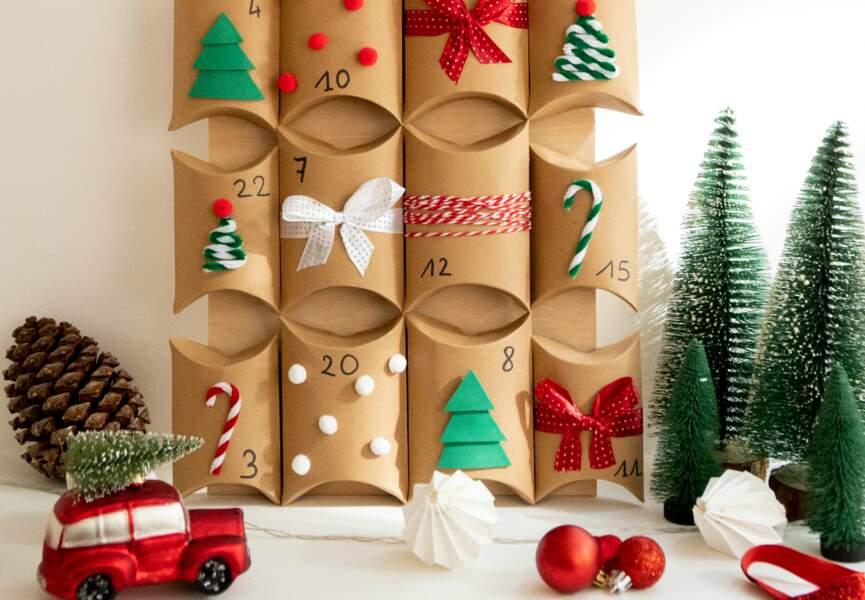 Un calendrier de l'Avent fait de petites pochettes cartonnées joliment décorées