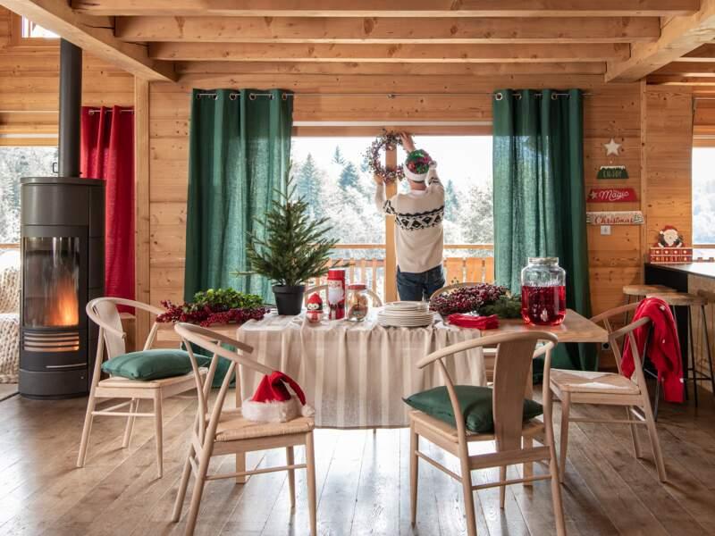 Une déco de salon en rouge et vert pour Noël
