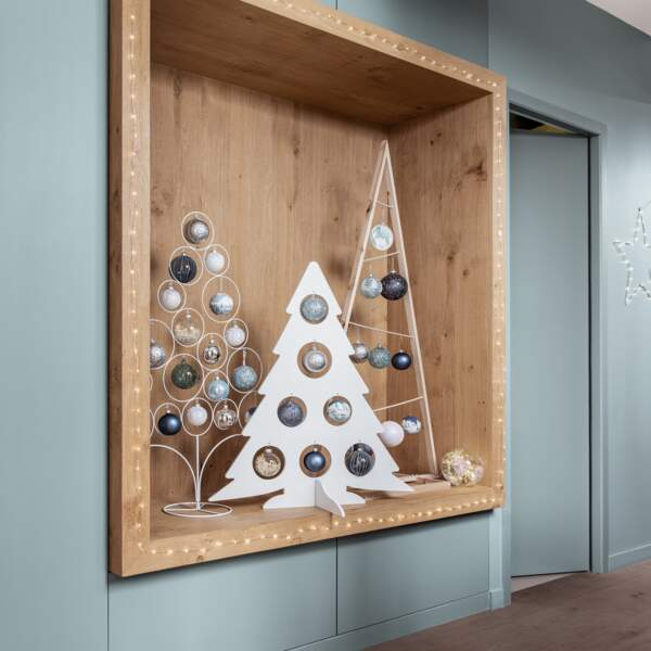 Un sapin de Noël en bois blanc
