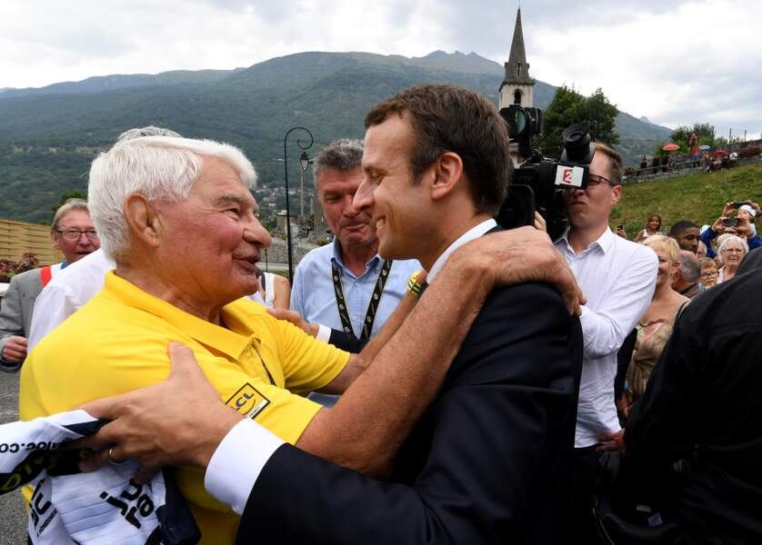 Emmanuel Macron et Raymond Poulidor lors de la 17ème étape du 104ème Tour de France à Saint-Martin-d'Arc, le 19 juillet 2017.