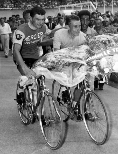 Raymond Poulidor et Jacques Anquetil le 14 juillet 1964.