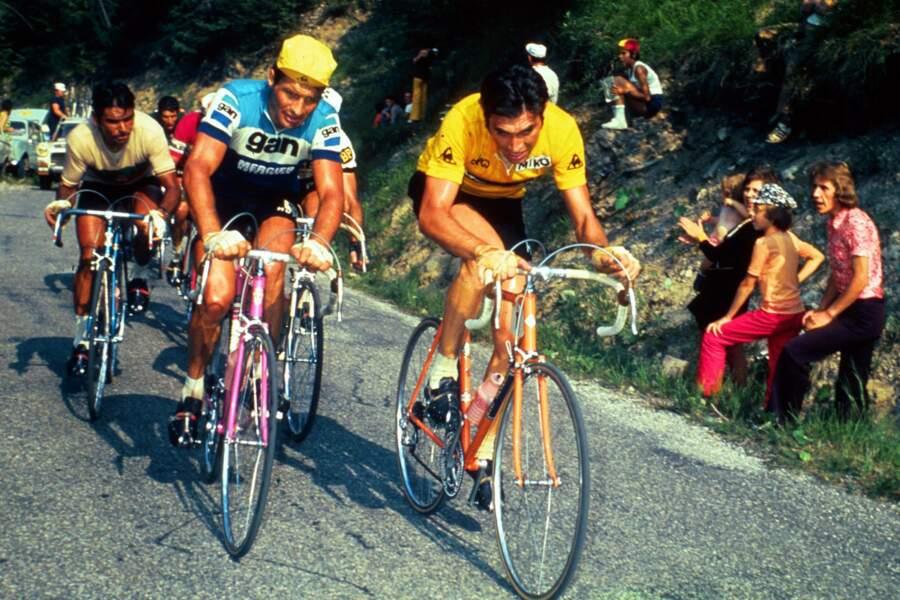 Eddy Merckx au coude à coude avec Raymond Poulidor lors du Tour de France en 1972.
