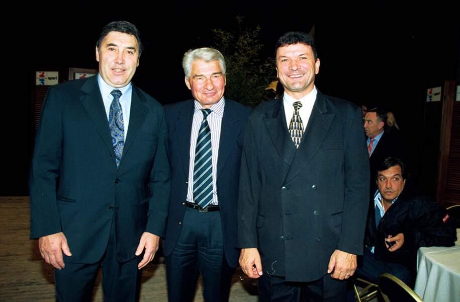 """Eddy Merckx, Raymond Poulidor et Bernard Thevenet lors de l'émission """"Les Trophées du siècle"""" en 1999."""