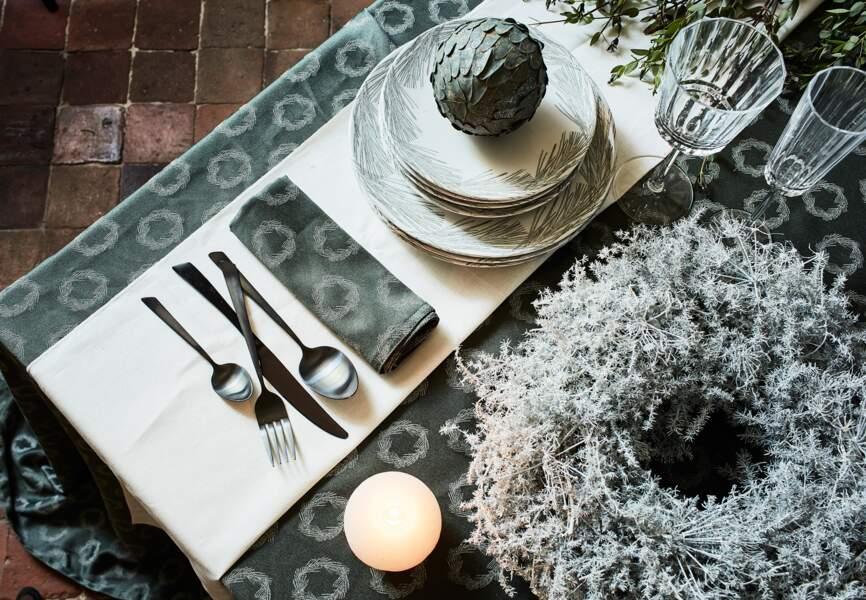 Serviette de table avec des motifs couronnes