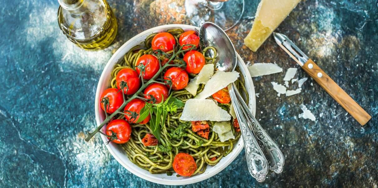 Spaghetti au pesto et tomates à l'huile d'olive de la vallée des Baux-de-Provence AOP