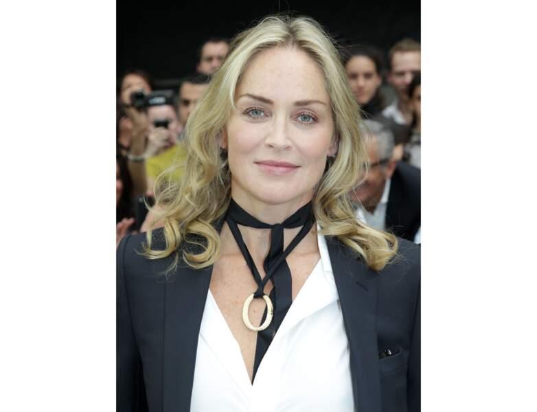 Elle arbore un blond éclatant lors d'un défilé Dior à Paris