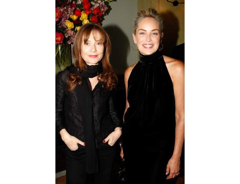 Sharon Stone pose au côté d'Isabelle Huppert